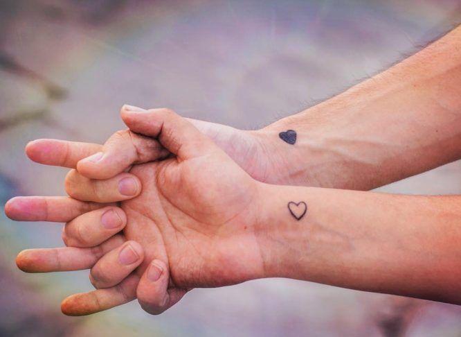 24 Increibles Tatuajes Pequenos Para Parejas Con Significado Tatuajes En Pareja Pequenos Tatuajes De Parejas Tatuajes