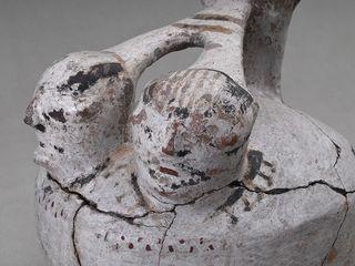 Jarro pato (detalle) Cultura Molle (300 a.C - 800 d.C): Los primeros alfareros en el norte semiárido fueron los pertenecientes a este pueblo. Ellos introdujeron la tecnología hacia el 150 a.C.; y sus piezas se caracterizaron por su mayor altura. También por la simetría espacial y bases planas, que las diferenciaban de la diaguita. Puco, período diaguita-inca La importancia simbólica de estas piezas radica en que representaron el desarrollo de la antigua tradición pastoril de los Andes…