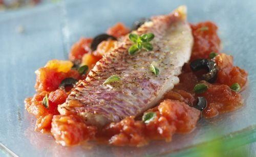 Filets de rougets sur compotée d'oignons, d'olives et de tomates confites - recette clic sur photo