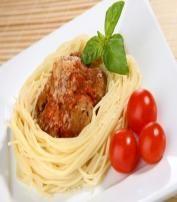 Pyszne spaghetti z pulpetami z mięsa wieprzowego