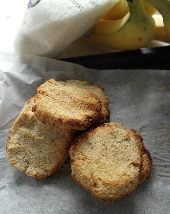 """Ik heb nog nooit zulke makkelijke koekjes gemaakt! Deze simpele banaan-kokoskoekjes met vanille hebben, maar drie ingrediënten en voordat je het weet heb je ze in de oven. Ideaal om te maken bij lekkere trek en handig om mee te nemen als tussendoortje. Ingrediënten–10-12 koekjes 2 bananen 140 g kokosrasp 1/2 tl vanillepoeder Bereidingswijze–circa 10 … """"Simpele banaan-kokoskoekjes met vanille"""" verder lezen"""