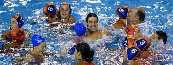 Barcelona 2013: España gana el oro ante Australia en waterpolo femenino La 'guerreras' hacen historia al imponerse a Australia (6-8) en la final de los Mundiales de Barcelona