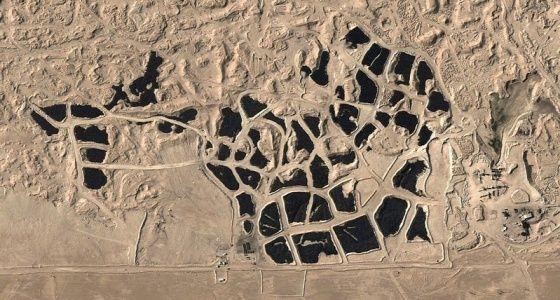 A sivatag mindent elnyel? Különös fekete folt a kuvaiti sivatagban, közel Kuvait városhoz. Még a műholdfelvételen is jól látszik. Gumiabroncsok.