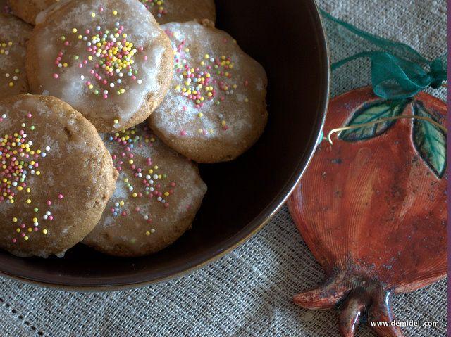 Τα lebkuchen είναι παραδοσιακά γερμανικά χριστουγεννιάτικα μπισκότα. Τα λάτρευα από παιδί και επεδίωκα πάντα να τα βρίσκω κάθε χρόνο είτε στην ελληνική αγορά είτε από φίλους που επισκέπτονταν τη Γερμανία. Φέτος αποφάσισα να τα φτιάξω μόνη μου.
