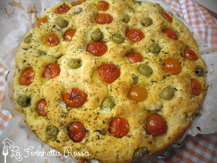 Focaccia pugliese con pomodorini, olive e origano