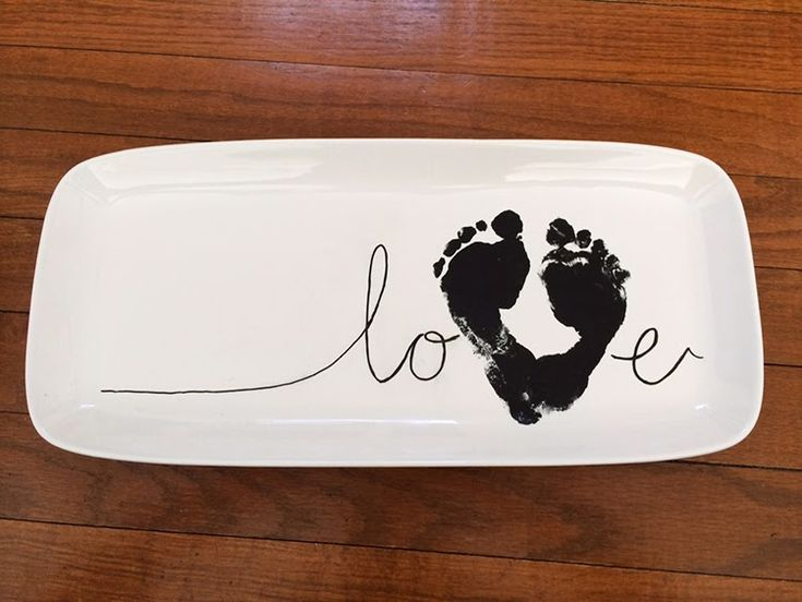 Aorable!!  DIY a baby footprint love plate for grandparents this year. A sweet craft keepsake gift.