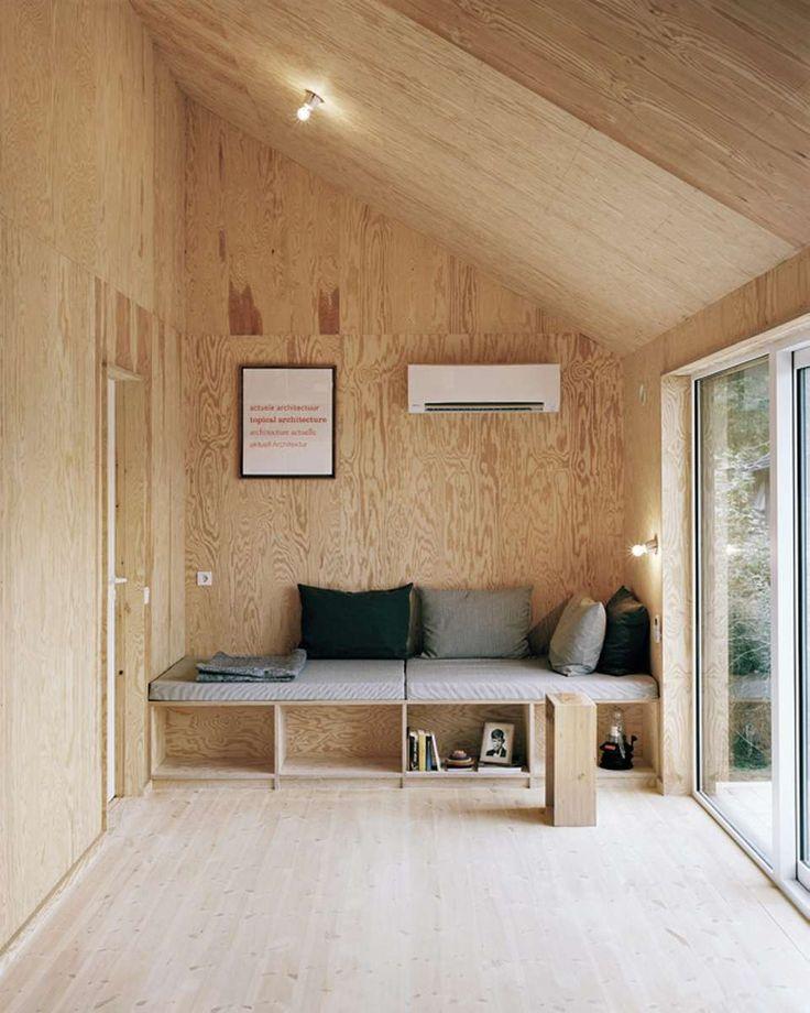 NØKTERNHET SKAPER LIV: Selv om interiøret er fullstendig renskrapet, er det fullt av liv på grunn av spillet i treverket og alt dagslyset som flommer inn i huset.