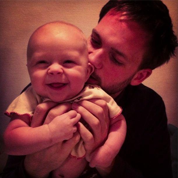Патрик джей Адамс с малышом