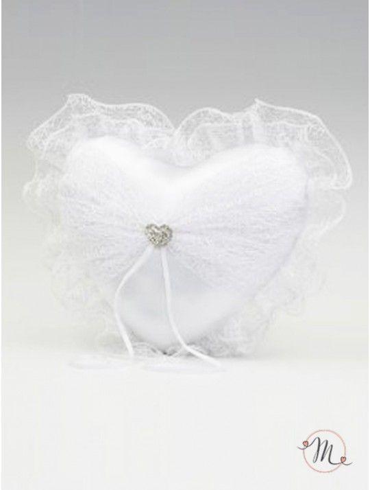 Cuscino Fedi Tulle. Questo cuscino fedi Tulle Cuore, di colore bianco, ha una romantica forma di cuore. Ai lati due ali di tulle ricamato lo rendono romantico e prezioso. Dalla spilla a forma di cuore impreziosito da strass, partono due nastri di raso a cui andranno legate le fedi nuziali. Questo cuscino darà un tocco di magia alle vostre fedi. Misure: 20 x 20cm. In #promozione #matrimonio #weddingday #cerimonia #ricevimento #wedding #cuscino #portafedi #fedi #sconti #offerta