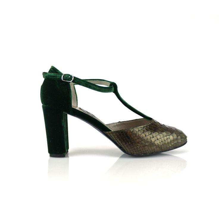 """Salón abierto de los lados con la pala en pitón olive y resto en terciopelo chiffon verde. Lleva plataforma oculta y tacón de 7,5 cm. """"Consultar otros colores de terciopelo"""". #ZAPATOS #MODA #TENDENCIA #ZAPATOSPITÓN #ZAPATOSTERCIOPELO #shoes #scarpe #schuhe #chaussures #oinetakoak #sabates"""