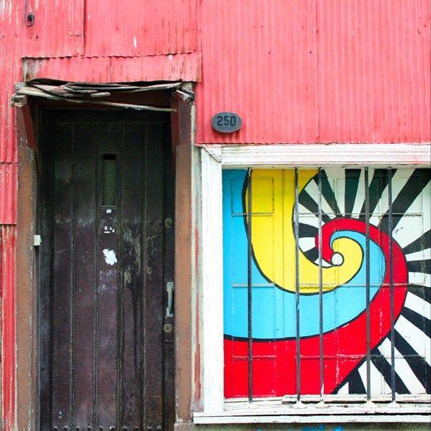 Valparaiso door by@laciudadalinstante #valparaíso #chile #instagram #instagramers #icu_chile #communityfirst #fachada #facade #streetart #colorful