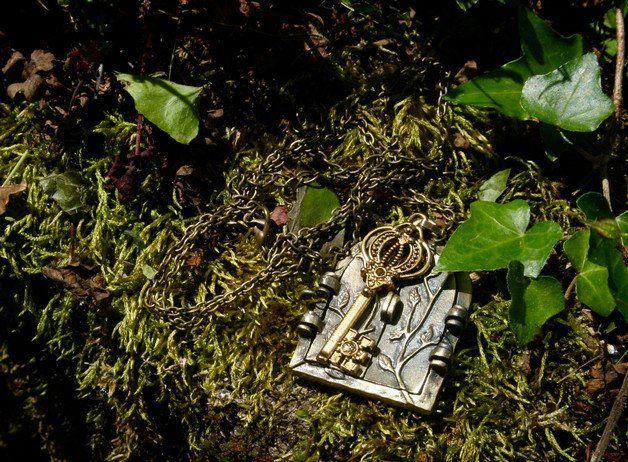 Ravissant collier que j'ai réalisé à partir d'un pendentif en forme de porte. Les deux battants de la porte s'ouvre et vous pouvez y coller une photo. J'ai ajouté une clé dorée et la chaine est...