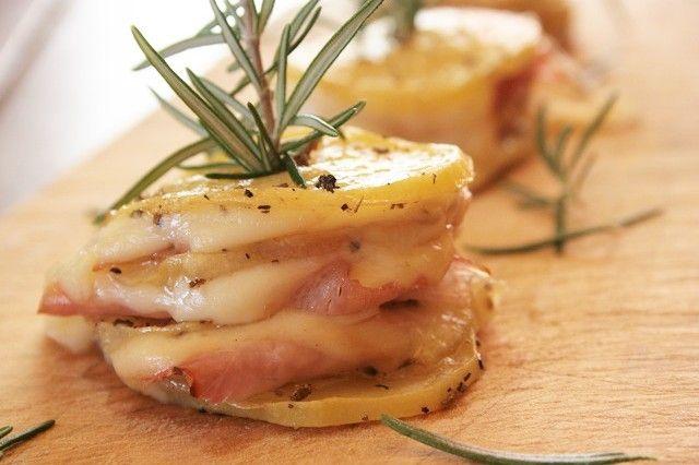 Le torri di patate con prosciutto e scamorza sono un antipasto decisamente gustoso e particolare dal ripieno filante. Ecco la ricetta