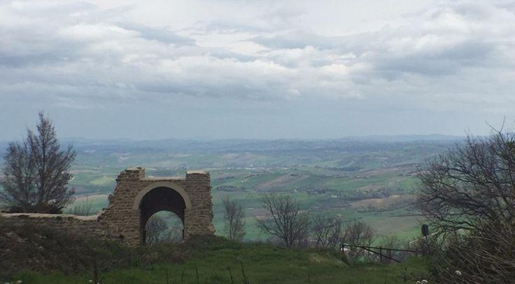 L'ingresso al castello di Pitino