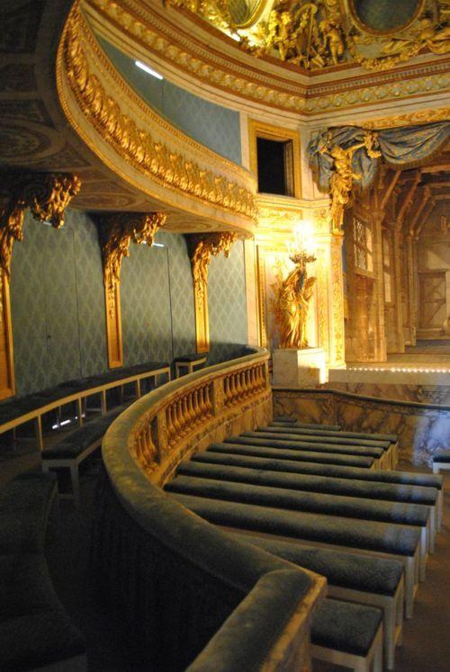 Le théâtre privé de la Reine Marie-Antoinette à Versailles. Sauvé pendant la Révolution Française car ce théâtre est fait principalement de carton-pâte doré à la feuille d'or. J'ai visité ce théâtre or et bleu ciel.