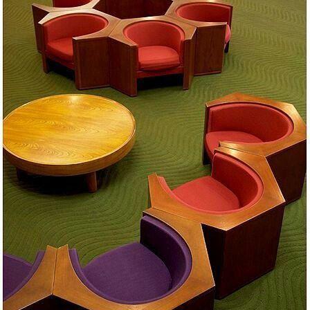 Design Super Diferente De Sachio Otani.Bancos Com Estofamento Roxo E  Vermelho.