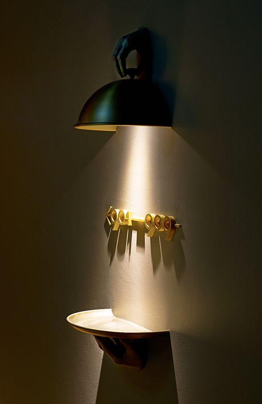 Auch wenn das mit den Händen schon ein bisschen Schräg rüberkommt, die Idee und Wirkung bleibt im Gedächtnis. → Mehr #Design #Grafikdesign #Schild #Sign #Beschilderung #Wegweiser #Hände #Hands #Licht #Light #Teller #Plate #Ideen & #Inspiration auf pins.dermichael.net ▶▶
