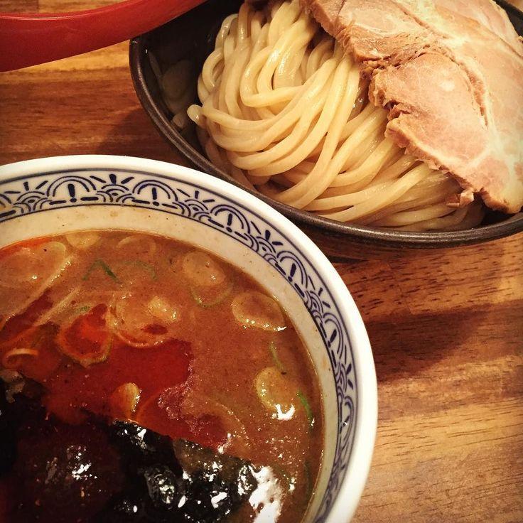 #三田製麺所 #大阪#難波#梅田とかにもある 辛つけ麺中300gチャーシュートッピングを注文ここはバイトのクオリティが低いから着丼までの時間や接客の悪さも覚悟して来店 麺は極太もっちり丸麺ストレートやや加水率高めスープは準濃厚魚介豚骨に辛味噌とラー油が加えられたつけ汁で粘度はやや高め海苔の上に魚粉が載せられて香りもいい辛つけ麺といっても全然辛くはなく微妙に唐辛子のアクセントが感じられる程度麺だけ食べても大きな感動はないが口当たりのいい食べ応えあるシンプルな味その素朴な麺に濃厚な魚介豚骨スープが相性良くうまく絡みクセのない動物系の旨味を感じられるフツーになかなかうまい あとここは唐揚げがおいしくてつけ麺も食べたいけど唐揚げも食べたいよねとか言うにわかラーメンファンにもオススメのお店 #ラーメン#ramen#つけ麺#らぁめん#ラーメンインスタグラマー#ラーメン倶楽部#麺スタグラム#ラー写#ラー活#ラーメン狂#ラーメン部大阪#三田製麺所#半分チェーン店#ジム帰り#84点 by shinji_caffeins