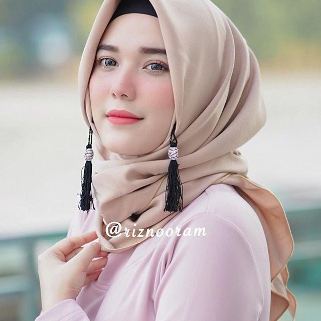 Hijab best sellernya @riznooram saat ini  hijab tazzela  . Hijab instan dengan 1 lubang, lgsg pakai jadi deh  gak pake ribet ga pake lama, udah ada anting-anting tassel nya jadi makin unik  . Banyak pilihan warnanya ☺️ Langsung aja cek ke IG nya @riznooram kalau minat bisa lgsg hubungi Kontak admin yg sudah tertera di BIO nya  . #tazzelabyriznooram