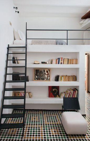 Loft estilo retrô com piso quadriculado.