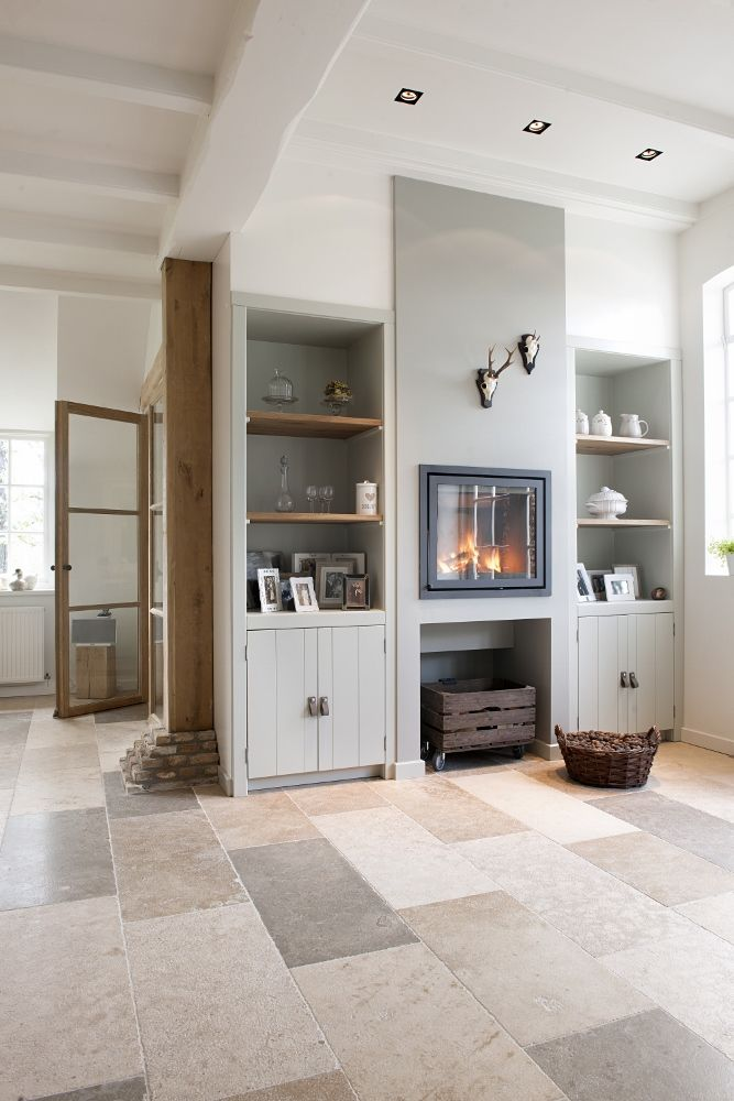 Landelijk interieur met haard. Sfeervolle natuursteen vloer van Bourgondische Dallen via Kersbergen natuursteen