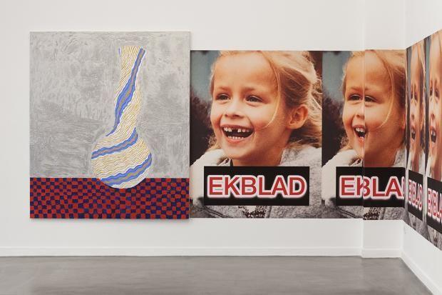 Die Arbeiten von Ida Ekblad sind exzentrische Ensembles aus Elementen des Graffiti und visueller Popkultur. Sie sind kryptisch und lyrisch, häuslich und...