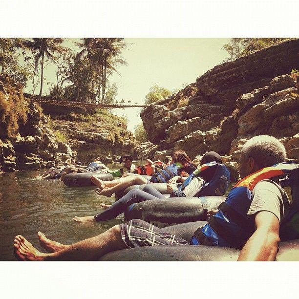 Melaju di Kali Oyo @ Kawasan Wisata Goa Pindul   via @pitra
