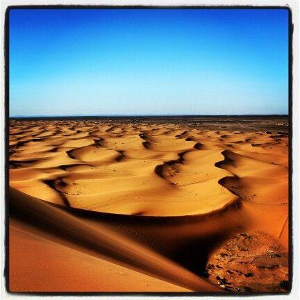 Buona settimana con una foto che fa dimenticare per un attimo il freddo | Good week with a photo that makes you forget for a moment the cold! #motoavventure #offroad #africa #sahara #marocco #ergchebbi www.MotoAvventure.it