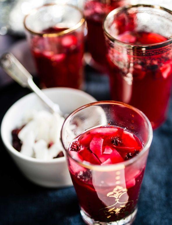 Warm lingonberry drink for Christmas - Puolukkaglögi, resepti – Ruoka.fi