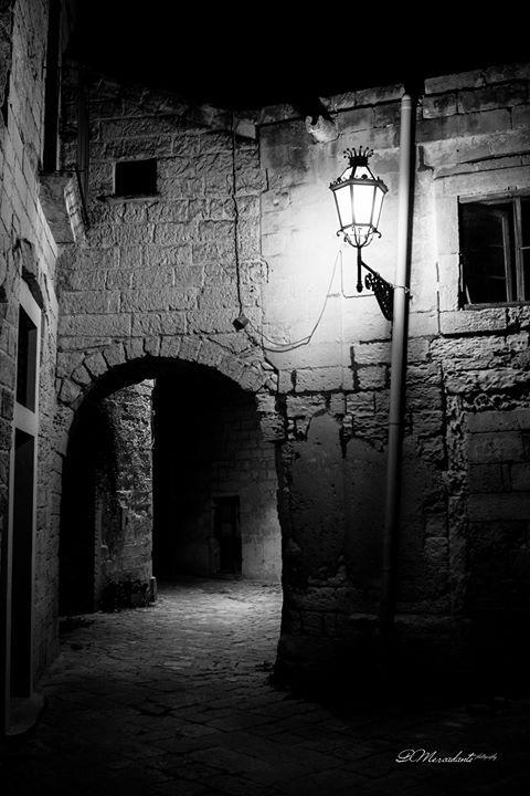 """""""Aveva ancora il batticuore ... Se il lampione non fosse stato acceso non avrebbe saputo ritrovare le scale che portavano alla finestrella lassù  in alto. La ricordava con le tendine che si spostavano appena quando lui arrivava. Bastavano a riempirla di luce. Ora quegli infissi si sbriciolavano solo a guardarli...a carezzarli. Ma la scala era ben illuminata e riconobbe i vecchi gradini consunti d'amore da un amore di troppo. Le ombre della notte là in fondo ingoiavano il passato e tacevano…"""