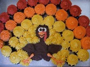 ¿Has visto qué divertida esta tarta hecha con #cupcakes con forma de pavo?
