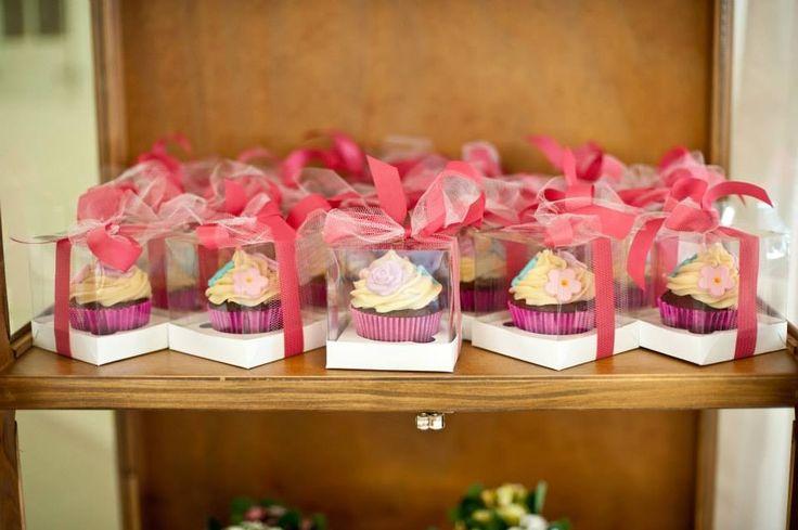 No dia da festa pode um pouquinho de guloseima, não? Macarrons, cupcake, brigadeiro de colher, pirulitos e até geleia são opções deliciosas para os convidados aproveitarem depois da festa