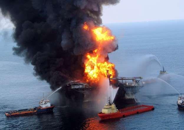 Una explosión en una plataforma de perforación provocaron el mayor derrame de petróleo en el Golfo de México el 20 de abril de 2010. La plataforma de perforación era parte de la Unidad Móvil semisumergible de Deepwater Horizon propiedad de BP. La enorme explosión cobró la vida de 11 personas. Deepwater Horizon Disaster (2010) - KPA/Zuma/Rex Features