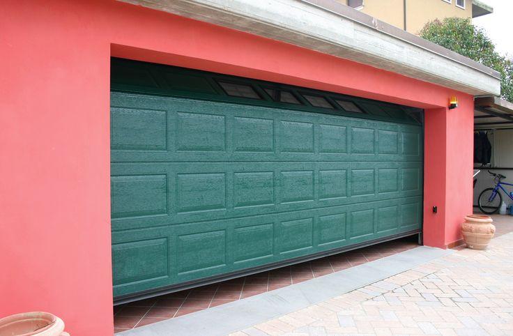 Portone sezionale quadrettato con pannelli coibentati. Il design di questa chiusura permette un suo facile inserimento in qualsiasi tipo di abitazione con predilezione per case in stile e fabbricati rustici. #design #casa #arredamento
