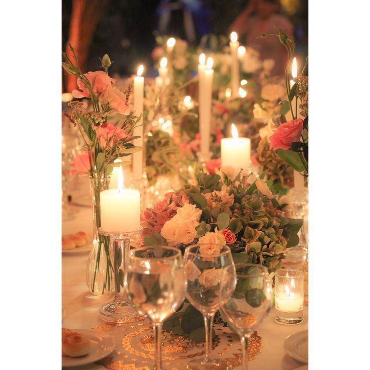Mesa de novios #velas #candles #decoration #wedding #weddingdecor #flowers #flores #hydrangea #sprayroses #minirosas #lisianthus #romantic #pastel #palette #weddingtable #fall #otoño #azahar