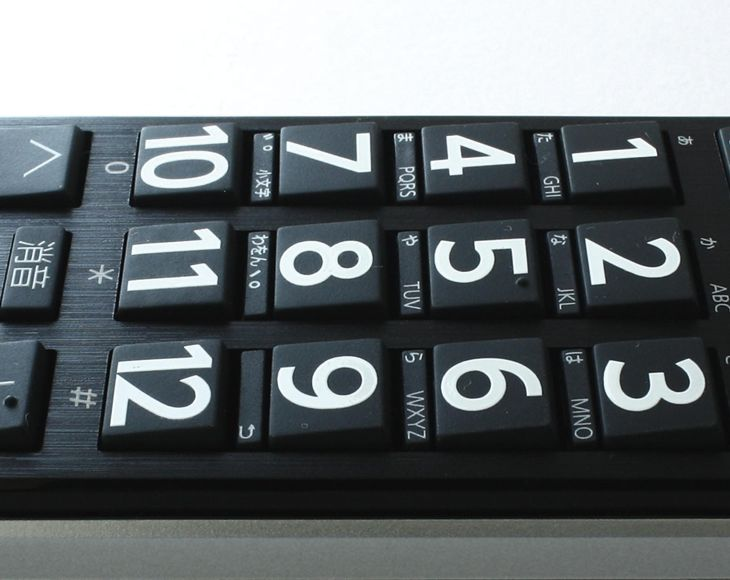 指の押す力の方向性と文字の見やすさに配慮したキートップの傾斜を採用したTVリモコン