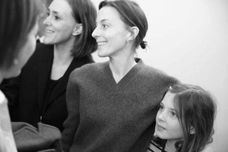 Phoebe Philo, directrice artistique de Céline en backstage du défilé Céline automne-hiver 2014-2015 http://www.vogue.fr/mode/inspirations/diaporama/fashion-week-paris-les-coulisses-automne-hiver-2014-2015-jour-6-fw2014/17807/image/978414#!phoebe-philo-directrice-artistique-de-celine-en-backstage-du-defile-celine-automne-hiver-2014-2015