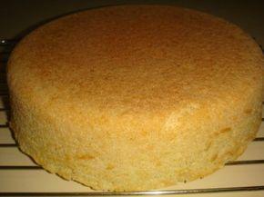 El bizcochuelo es la torta base que más utilizamos para decorar y rellenar. Acá les doy mi receta o mejor dicho la de mi mamá. La que utilizamos desde hace años y no cambiamos por nada. La formula es muy sencilla, son muy pocos pasos pero si los seguís al pie de la letra vas a tener como resultado un bizcochuelo alto y súper esponjoso.
