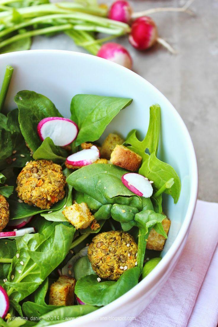 Insalata di spinaci con polpettine alle lenticchie e profumo di curry