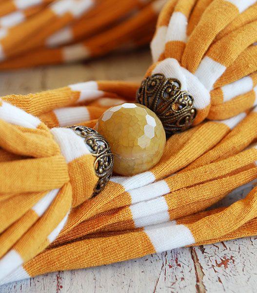 Strisce gialle e bianche sciarpa collana con una pietra naturale sfaccettata da Sashetta
