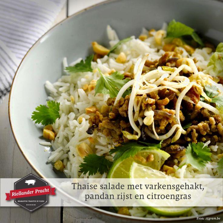 In de reeks van zomerse salades mag een oosterse salade natuurlijk niet ontbreken. Daarom vandaag een Thaise salade met varkensgehakt, rijs en citroengras. Een salade die lekker kruidig, maar tegelijkertijd fris is.  Recept: Thaise salade met varkensgehakt, pandan rijst en citroengras  INGREDIËNTEN (4 personen) • 2 stengel citroengras • 300 gr pandan rijst • 2 rode uien • 2 el groene currypasta • 500 gr varkensgehakt • 100 gr sojascheuten • 2 el sojasaus • 4 little gems (kleine romeinse sla)…