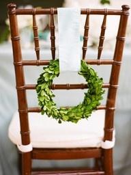 Biz bunu çok sevdik. Konsept düğünler iin oldukça sade, bir o kadar iddialı bir sandalye süsü.