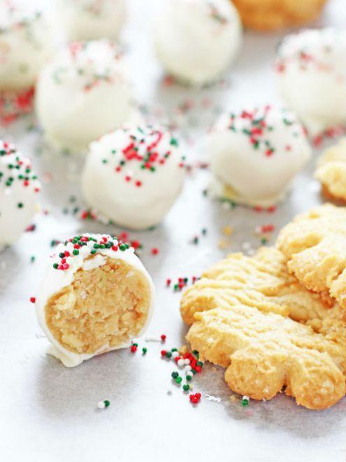 Τελεία ιδέα για πάρτυ Χριστουγεννα και για κέρασμα στο σχολείο    Υλικά    12 μπισκότα βουτύρου  3 κουταλιές της σούπας τυρί κρέμα, σε θερμοκρασία δωματίου  2 φλιτζάνια λευκή σοκολάτα    Διαδικασία:    Τοποθετήστε τα μπισκότα σε multi και θρυμματίστε τα. Προσθέστε το τυρί κρέμα και