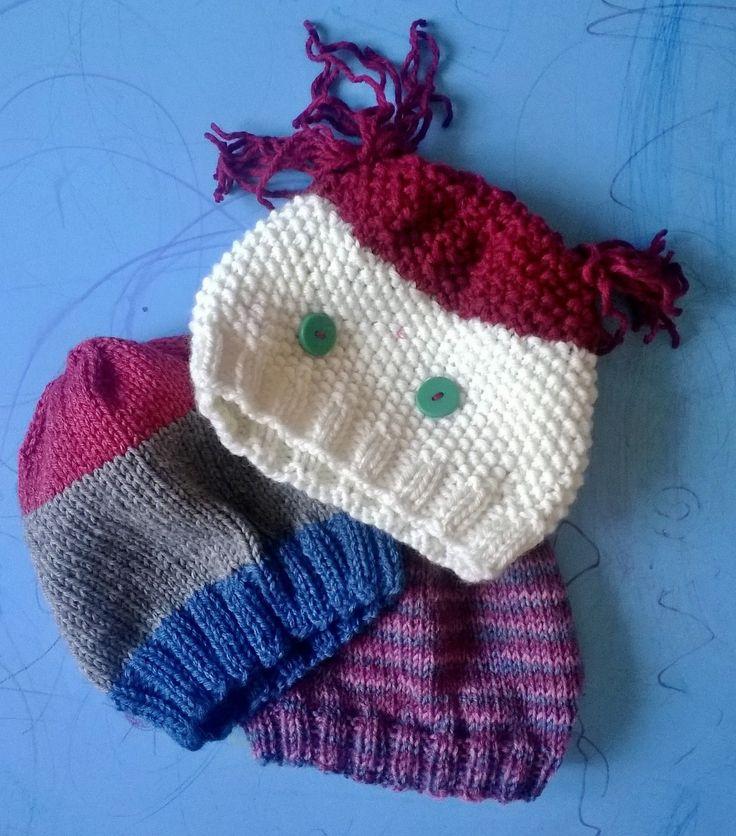 i primi esperimenti per fare i cappelli a maglia, molto meglio quando ho scoperto gli aghi circolari!