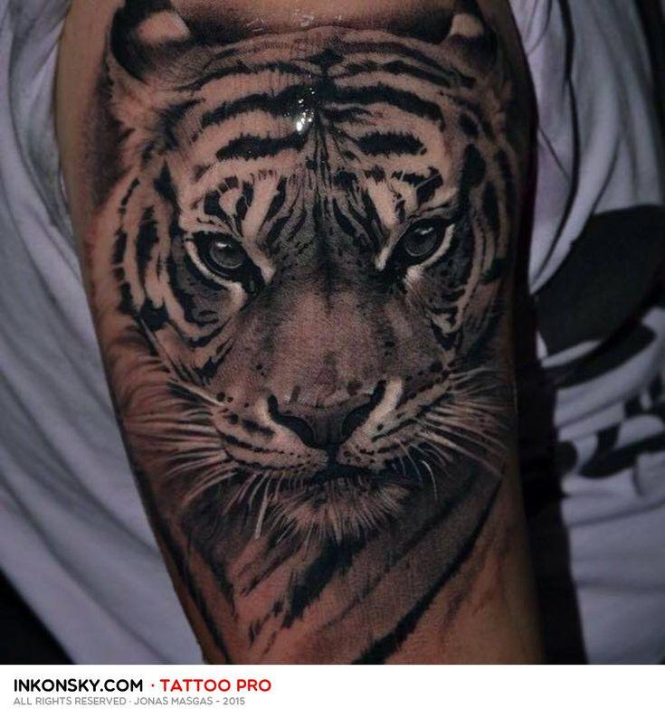Jonas Masgas es un tatuador localizado en Murcia, en el famoso estudio Exotic Tattoo. Hemos seleccionado mayoritariamente los tatuajes de 2015, resulta muy patente la mejora en su calidad. Como nos ha comentado sus maestros son Andrés Jalle y Fredy Tomas. Un futuro muy prometedor.