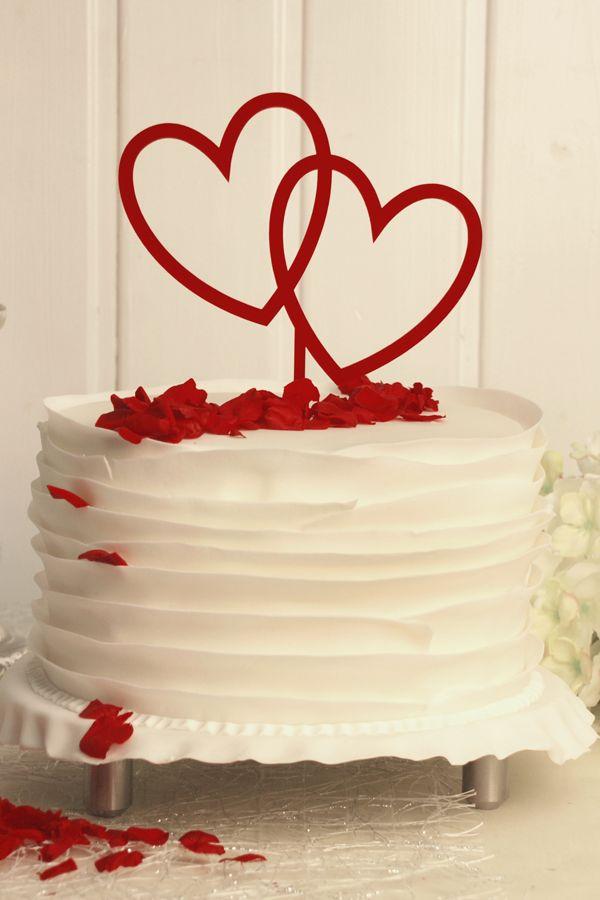 Perfekt als Alternative zur klassischen Tortenfigur bei der Hochzeit: Dieser romantische Cake Topper in Rot mit Herzen ist ein Hingucker auf der Hochzeitstorte. #hochzeitstorte #caketopper #cakedecorating #hearts #wedding