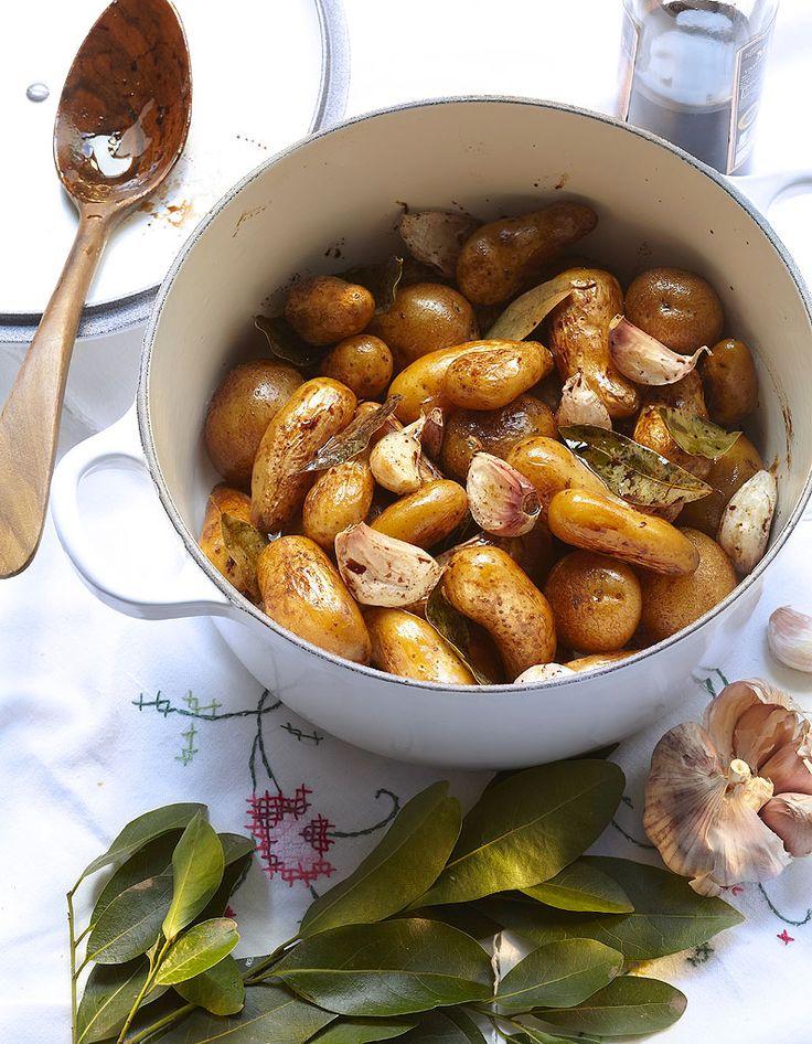 Recette Pommes de terre au vinaigre balsamique : Rincez les pommes de terre et épongez-les. Faites-les dorer dans une cocotte en fonte, dans l'huile d'oliv...