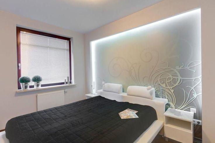 Podświetlana ściana w sypialni