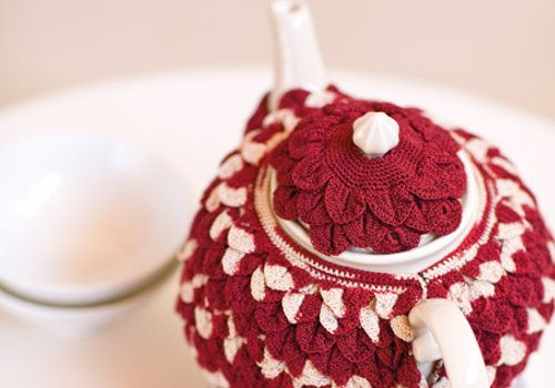 Classic home décor project with this #crochet Tea Cosy made from Anchor Freccia