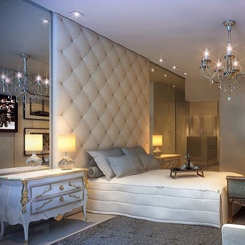 Quarto do casal com cabeceira até o teto e espelhos nas laterais!!  #design #interiores #iluminação ...